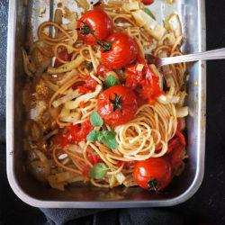 Polnozrnati špageti s pečenimi paradižniki in koromačem