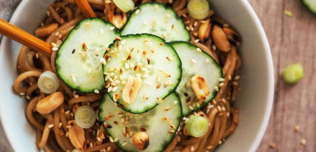 Špageti  v arašidovi omaki s kumaricami
