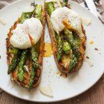 Pečeni šparglji na kruhku s poširanim jajcem