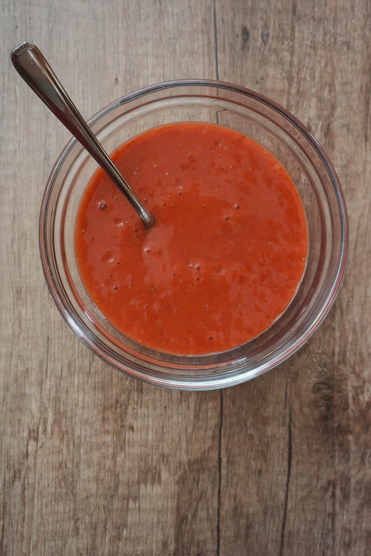 Solata z jagodami, siri in jagodnim prelivom