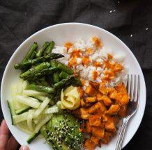 Suši na krožniku s sladkim krompirjem, šparglji, avokadom in prelivom iz pečenih paprik