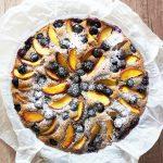 Poletna tortica z breskvami in borovnicami
