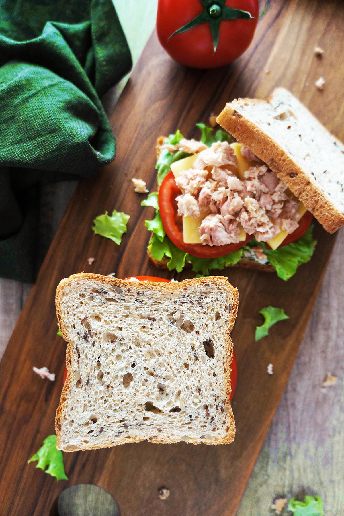 Sendvič z zelenjavo, sirom in tunino
