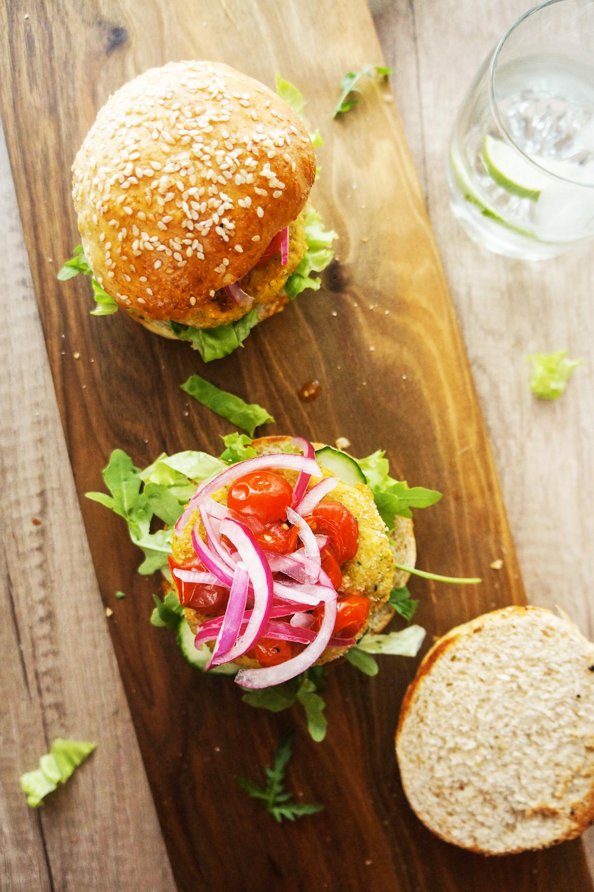 Burger s koruzno-čičerikinim polpetom