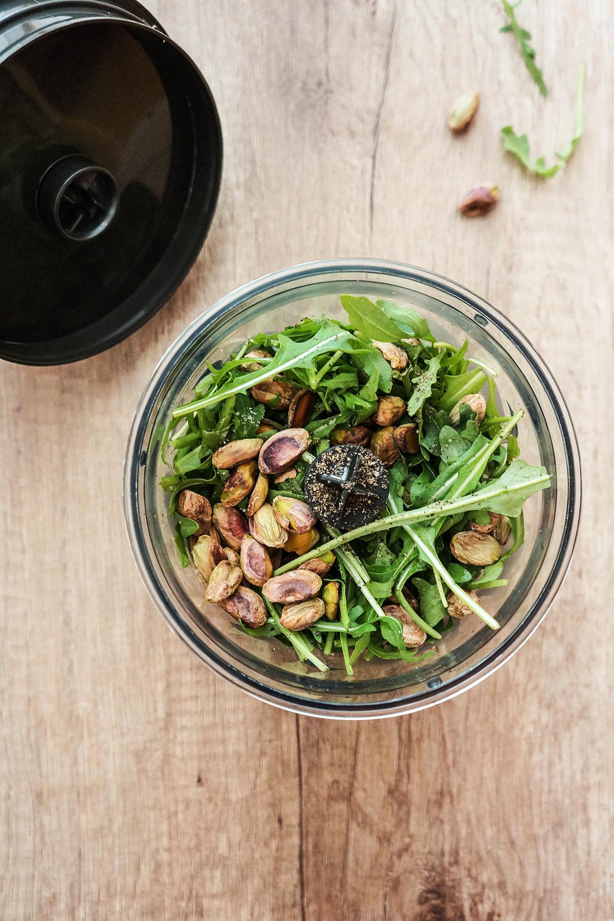 Zelenjavna pica s rukolinim pestom, gobami in češnjevci