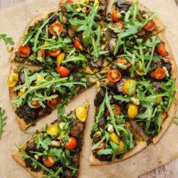 Zelenjavna pica z rukolinim pestom, gobami in češnjevci