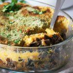 Okusov polna zelenjavna pita s krompirjevim pokrovom in dišavnim posipom