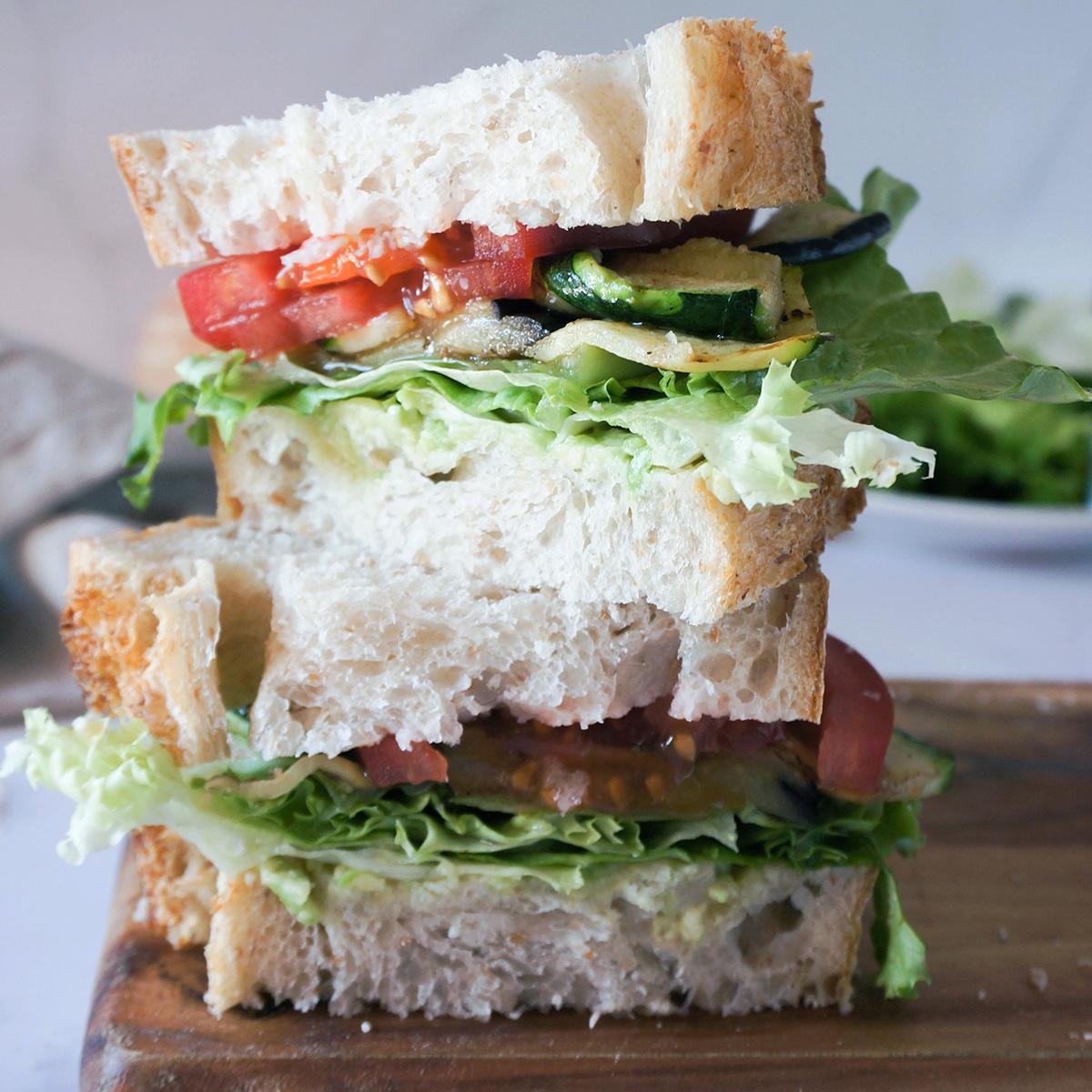 Sočen sendvič s pečeno zelenjavo in avokadovim namazom
