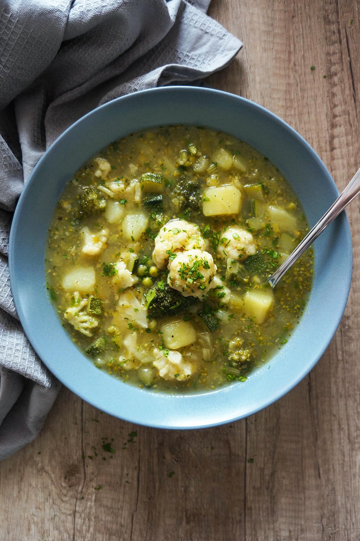 Zeleno-bela zelenjavna juha s krompirjem