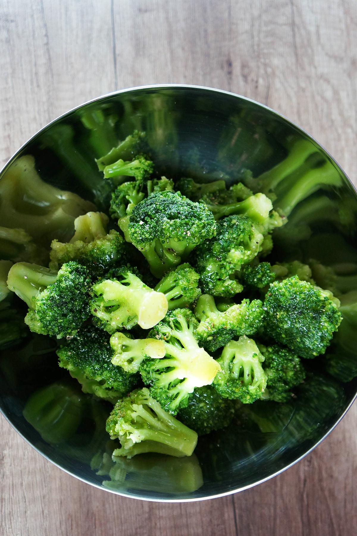 Praznična zeljna solata z brokolijem in arašidovim prelivom